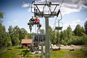 Cykeln hänger man behändigt på en krok på stolsliften när man tar sig uppför backen.