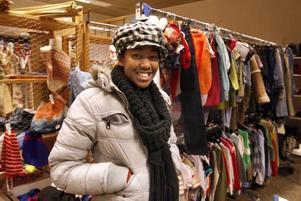Nella inne på Mötesplats Kupan tycker att försäljningen är bra eftersom den hjälper fattiga och utsatta människor.
