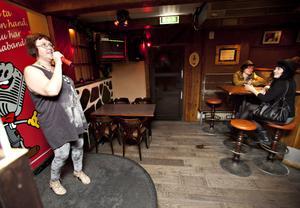 """""""Ja, Carina!"""" ropar gästerna när Bilagans egen schlagerdrottning Carina Skoogman sjunger Nanne Grönvalls """"Lyckos dig""""."""