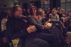 Daniel och Lena Bjerknes hade bänkat sig på första raden i biosalongen.