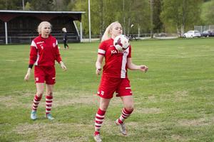 Clara Högbom tar ned bollen under uppvärmningen.