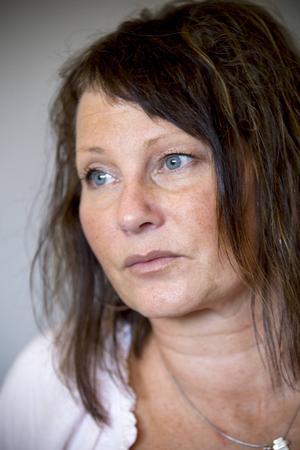 """De som får Parkinsons sjukdom brukar vara runt 60–65 år. Britta Djurberg fick diagnosen innan 50. """"Det påverkar vardagen på många sätt, bland annat är det viktigt att följa sina dagliga rutiner, men jag kan leva ett normalt liv"""", säger hon."""