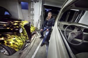 Mats Edvinsson och hans fantastiska Cheva - ett skogsvrak från Texas innan totalrenoveringen startade. Till höger: bil under arbete.