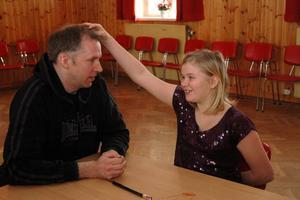 TRÄNING: Tilde Byström, 10 år, Tierp, övar ihop med läraren och trollkonstnären Magnus Vihagen.