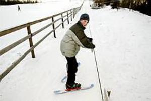 Foto: LASSE WIGERT Premiär. I går var det första gången för i år som Daniel Jern tog skidorna till Bomhusbacken vars lift är igång igen.