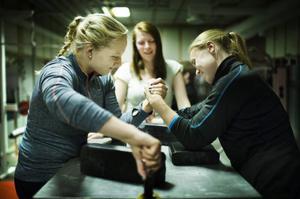 Tove Norelius och Karolin Andersson kör slut på varandra under tiden som Christine Einarsson väntar på nästa brytning.