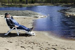 Något dopp har det inte blivit än men Johnny hoppas att familjerna som bor runtomkring vill bada i sjön i sommar, när vattnet har en behagligare temperatur.