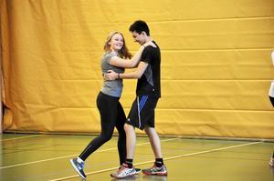 Upplevelse. När eleverna väl fick upp farten på idrottshallens tillfälliga dansgolv såg man även ett och annat leende.