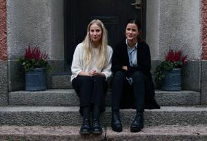 Moa Blomkvist och Caroline Birgersson startade bloggen Gamla Nyheter tillsammans. 10 oktober är det ett år sedan det första inlägget publicerades.