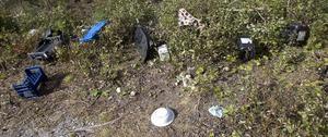 Soporna ligger i drivor, där bärplockarna har campat.