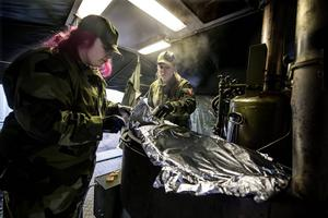 Emelie Olofsson från Sollefteå och Camilla Öman från Kalix testar att baka en sockerkaka med ånga.