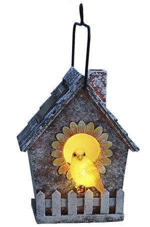 KITSCHIG. Belysningen i den lilla fågelholken drivs med solcell. Pris 149 kronor hos Ellos.