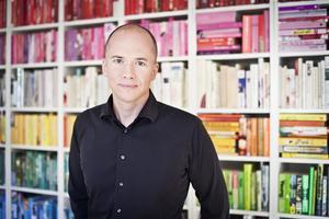 Författaren Daniel Åberg kommer ut med en ny roman som inte går att ställa i bokhyllan.