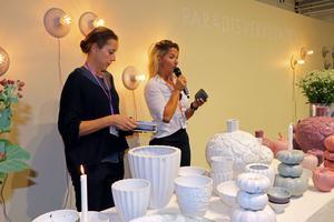 Formgivare Maja Lindahl har tagit fram en ny frukostservis för keramikföretaget Paradisverkstaden i samarbete med Kristin Kaspersen. Servisen heter Morgon Grå. Kristin Kaspersen har använt servisen på bild i sin nya bok
