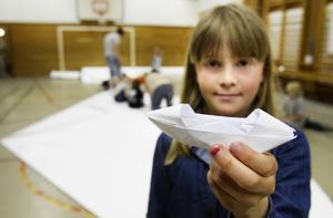 Barnen hjälps åt att vika en stor sampan som är en japansk båt. När den är klar kommer den vara 8,4 meter lång.