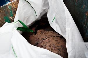 Flera tunnor var efter många år på älvens botten redan trasiga medan andra gick sönder under själva bärgningen.