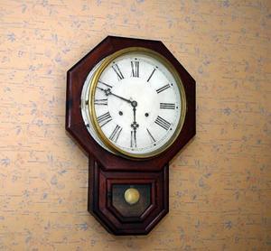 Här ska de äldre få hjälp att vrida klockan tillbaka.
