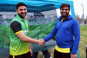 Roohul från Norrköpings Cricket Förening hälsas hjärtligt välkommen till Ludvika av en stolt Syed Salami i Ludvika Cricket Förening.