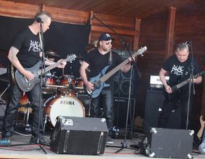 Roger Siitari, Thomas Degerman, Roland Graaf och  Daniel Adolfsson på trummor spelade egenproducerad hårdrock på torget i Sveg.