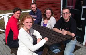 Helena Engberg framför unga företagarna Anders Olofsson, Jonas Amrén, Karolin Westberg och Gunnar Sundström vid träffen i Hammarstrand.