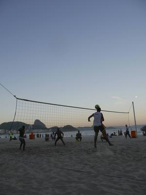 Blir det någon hajattack? Futvolei är en av många sporter som ofta spelas på Copacabana. Här på stranden ska även den olympiska beachvolleyn avgöras.