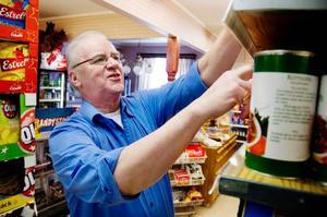"""Carl-Åke Westlund har tidigare ägt butiken i Valsjöbyn, men sålde rörelsen för 13 år sedan. Nu hoppar han in och jobbar när det behövs. """"Det är klart att norrmännen är räddningen för affären. Utan dem hade det nog varit betydligt svårare att få verksamheten att gå runt"""", säger han.Foto: Sandra Högman"""