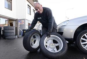 Henrik Costell råder oss att kolla åldern på däcken. Högst sex år tycker han att de ska vara.