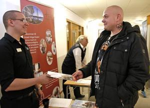 Fredrik Björk, Höga kusten hotellet, överlämnar information till Dan Björk.