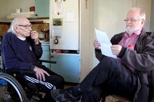 Bengt-Ola Persson och Jan Gullmark tittar i gamla papper och minns alla turer för att stoppa kraftverksutbyggnaden.
