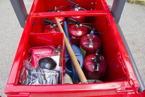 Branboxen är utrustad med 8 skumsläckare, 2 stycken 20 liters dunkar, en vattenkanna, kratta och brandfilt.