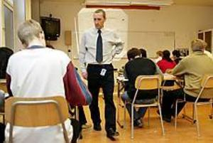 Foto:LASSEHALVARSSON\nMr Fyles. Läraren Peter Fyles ska bygga upp den nya skolan i Gävle. Det enda han förväntar sig hos eleverna är att de gör sitt bästa. Och så ska det vara ordning och reda i klassrummet. För eleverna är han inte Peter utan mr Fyles.