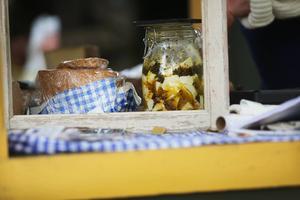 Lokalproducerad mat är som vanligt populärt bland kunderna. Här ser vi en marinerad fetaost som tillverkats av Kålbergets gårdsmejeri.