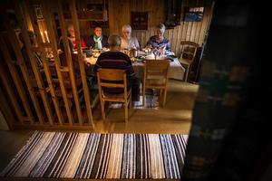 Några av de 21 sjuksköterskorna på sopplunch hemma hos Solweig Eliasson i Lit.