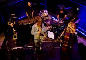 gick i moll. Alberto Pinton Quintets harmonier och disharmonier stämde väl med kvällslyktornas blänk i Gavleåns rinnande vatten.