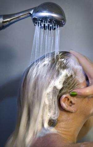 Man ska undvika allt som kan bli strömförande när det åskar, till exempel duschslangar.