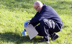 Polisens tekniker tar reda på yxan som rånaren kastade.