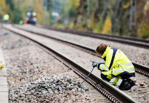 Signaltekniker Lillemor Andersson jobbar på spåret.