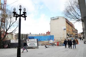Bygget av de nya centralpalataset har pågått länge. Under delar av sommaren kommer större fordon att blockera gågatan.