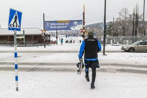 Både barn och vuxna strömmade till Badhusparken och öppnandet av Vinterparken, bland dem en del skridskoåkare.