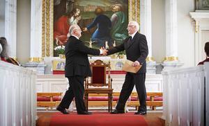 –  Välkommen som musikalisk friherre! Förre domkyrkomusikern Rolf Ericzon, till höger, välkomnade Lennart Eng i de pensionerades skara.