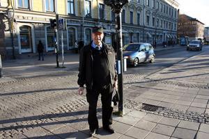 Busschauffören Lars-Olov Svanström kör ofta vid korsningen Norra Rådmansgatan-Drottninggatan. Han anser att fotgängare borde använda reflexer mer.