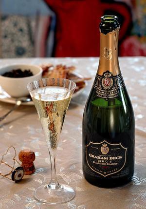 Snart ska det nya året skålas in. I många hem är barnen med vid tolvslaget. Men att låta barnen smaka av alkoholen är ingen bra strategi, menar Johannes Dock, folkhälsoplanerare vid landstinget i Västernorrland.