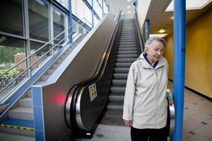 Märta Nyström är besviken på kommunikationerna i Söderhamn. Det är inte så lätt att kånka tunga väskor upp på perrongen när man är 90. Och rulltrappan fungerade inte på onsdagen. Det är inte första gången, enligt Märta.