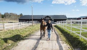 Ariel Boko och Susanne Andersson på Ortsjöns hästgård.