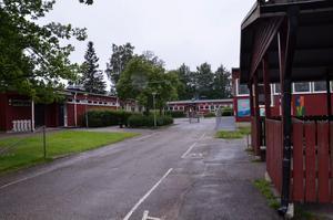 Tulpanens skola. Flickan kunde ta kollobussen från Tulpanen i Fjugesta till Sixtorp utan att stå med på deltagarlistan.