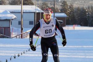 Edvard Sundman, Åsarna, vann sin juniorklass och åkte även snabbare än seniorerna vid lördagens tävling i Rossön.