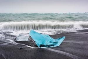 """""""Från Vatnajökull kommer det ut stora isblock som lägger sig på stranden och som har en väldigt speciell färg. De bryts loss från glaciären och driver ut och sedan kommer havsvågorna och sköljer in och kastar upp dom på den här svarta stranden som bara är lavasand."""""""