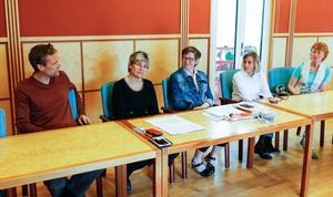 Lars Liljedahl (chef för vård- och omsorgsförvaltningen, Östersunds kommun), Nina Fållbäck-Svensson (hälso- och sjukvårdsdirektör, Region Jämtland Härjedalen), Annica Sörensdotter (personalchef, Region JH), Anita Secher (verksamhetschef, akuten) och Lisbet Gibson (centrumchef, medicinska specialiteter) berättar om sommarplaneringen i vården.