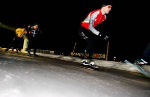 Ett hyggligt stort antal åkare hade i går kväll letat sig till Östersundstravet för att åka på nyöppnade skridskobanan Sidvinden.Foto: Henrik Flygare