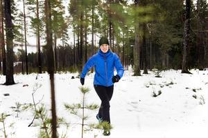Kajsa Hedin tycker det är avkopplande i skogen, där får hon både balansträning och varierad terräng på sina promenader.